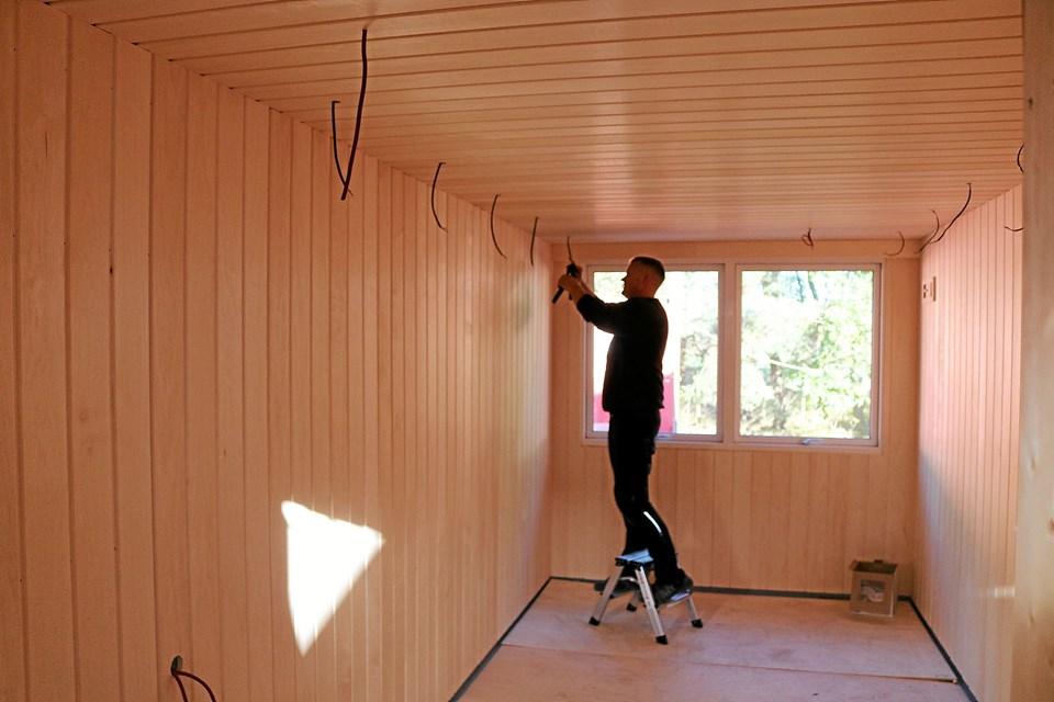 Det er Lars Sørensen fra el-installatør firmaet KT Elektric, som udfører alle elektriske installationer til ovn og belysning.