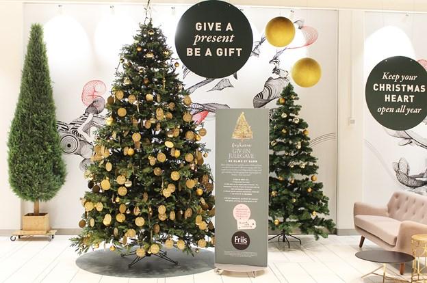Der er 332 julekort at vælge imellem på ønsketræet i år. PR-foto
