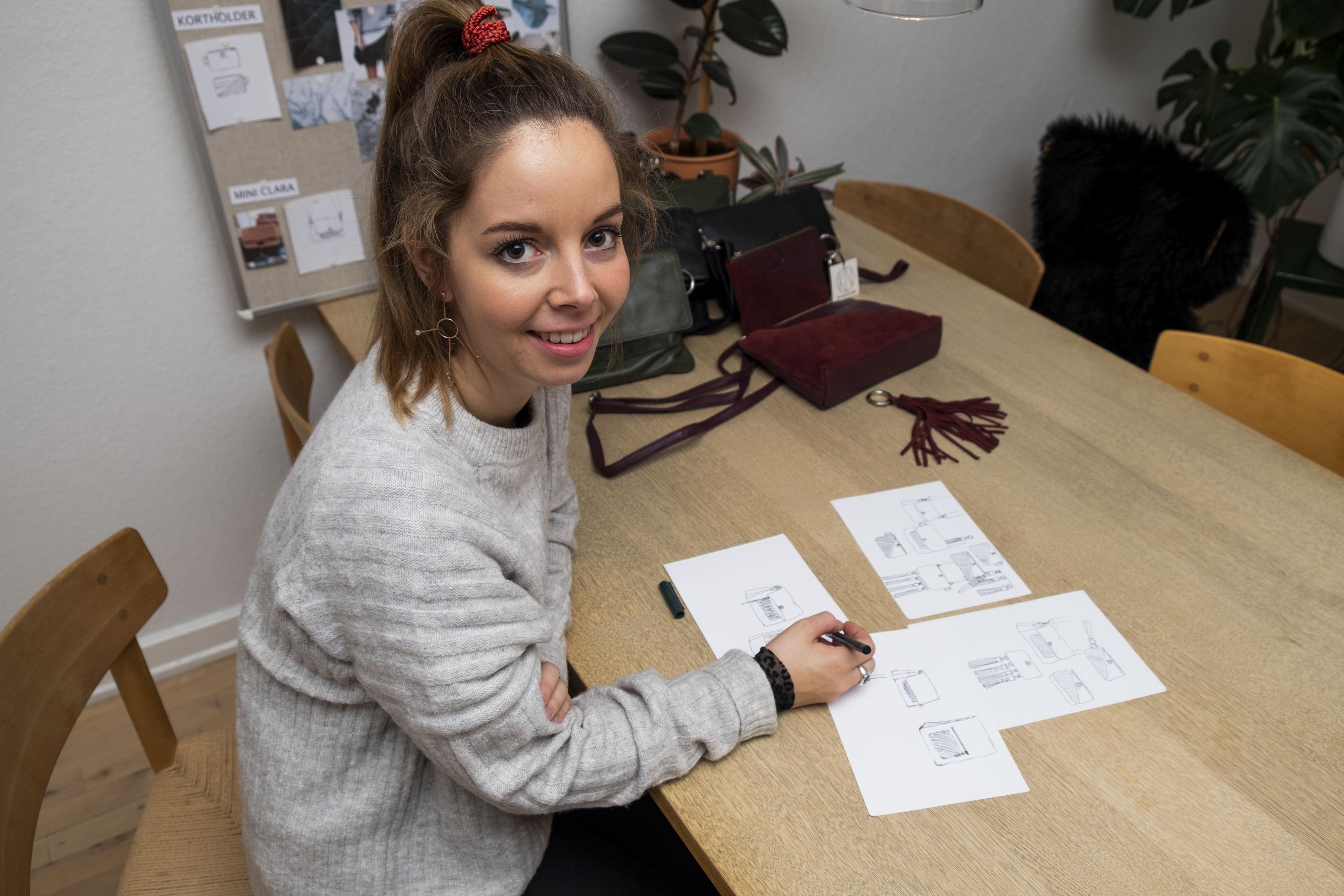 For Laura Karsen er design-processen vigtig, for hun lægger meget arbejde i, at taskerne både skal være brugbare og flotte. Foto: Lasse Sand