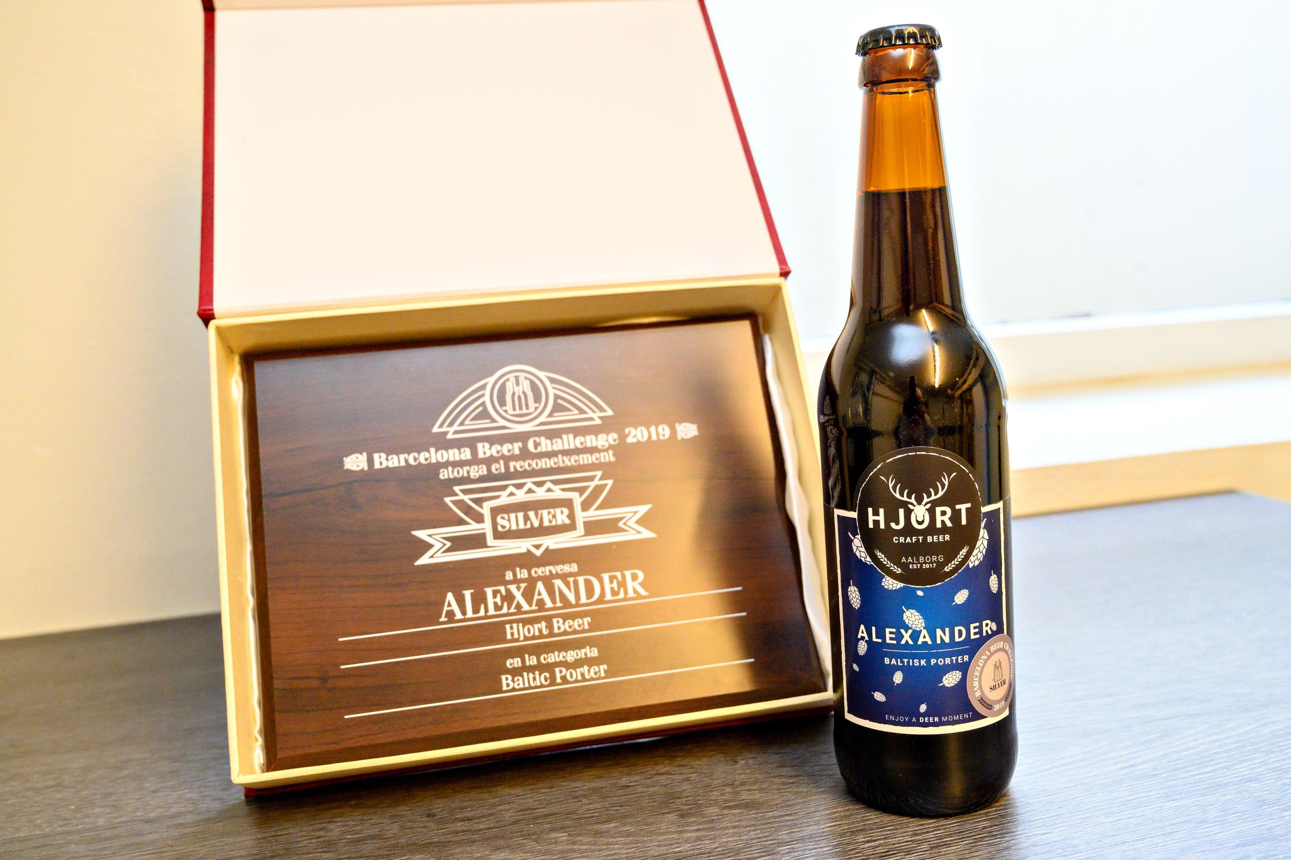 Kig ekstra godt på flasken - for sådan her ser en ægte vinder nemlig ud. Den baltiske porter Alexander har netop vundet en sølvmedalje i den internationale ølkonkurrence Barcelona Beer Challenge. Foto: Kurt Bering