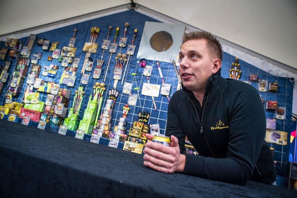Rasmus Hundrup har solgt fyrværkeri på Skjernvej i ni år, og han er godt tilfreds med mængden af kunder, der finder hans telt. Foto: Martin Damgård