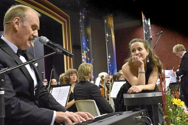 """Charlotte Hjørringgaard Larsen drømmer mig klar til duet med Søren Pilmark i nummeret """"The cant take that away from me"""" af brødrene Ira og George Gerswin. Foto: Ole Iversen"""