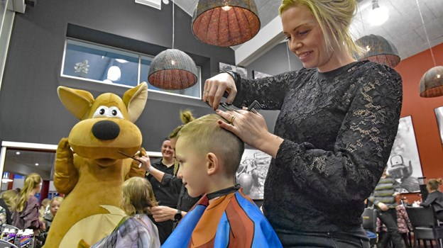 """Janni Drejer er ved at klippe Nikolaj Ebbesen, mens """"Happy"""" ser på. Foto: Ole Iversen"""