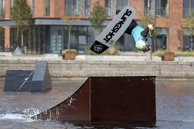 Rebecca Bon laver lige en upside down for så at lande sikkert på vandet igen.