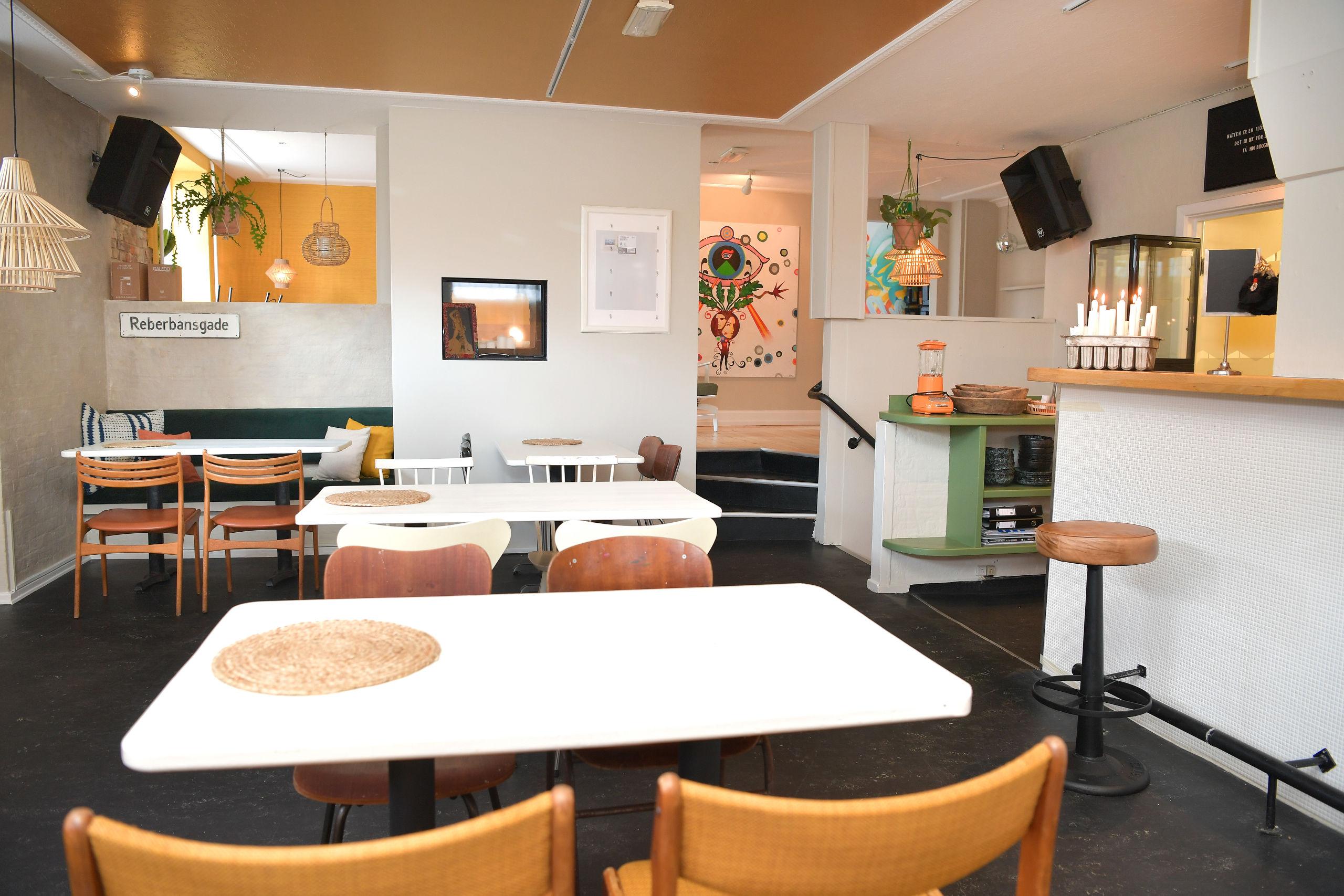 Caféen på hjørnet af Reberbansgade og Svendsgade er klar til at byde sine gæster velkommen. Foto: Claus Søndberg