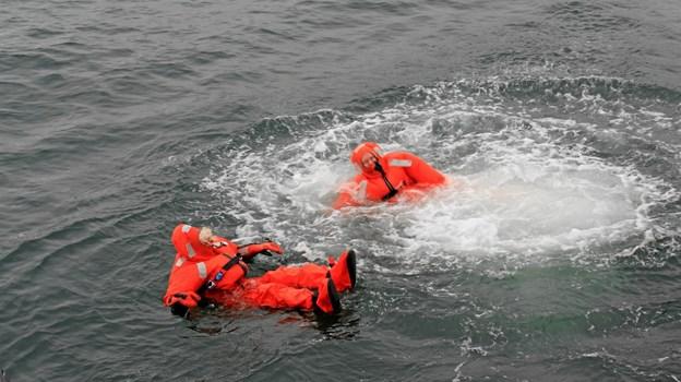 Ulrik og Solveig måtte en tur i baljen i overlevelsesdragter, så de kunne være trygge under den videre sejlads. Privatfoto Privatfoto