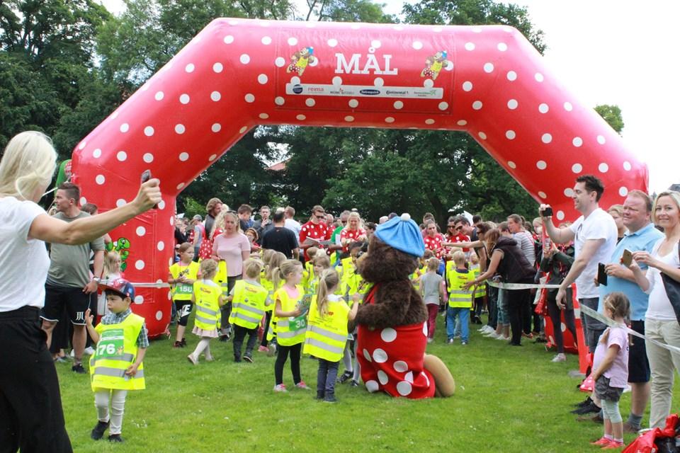 Rasmus Klump er klar til at give løbeglade børn en festlig dag. Foto: Børneulykkesfonden