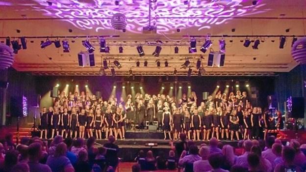 Der bliver trængsel på scenen, når Mariagerfjord Korskole 26. maj afvikler sin årlige sommerkoncert på Mariagerfjord Gymnasium. Privatfoto