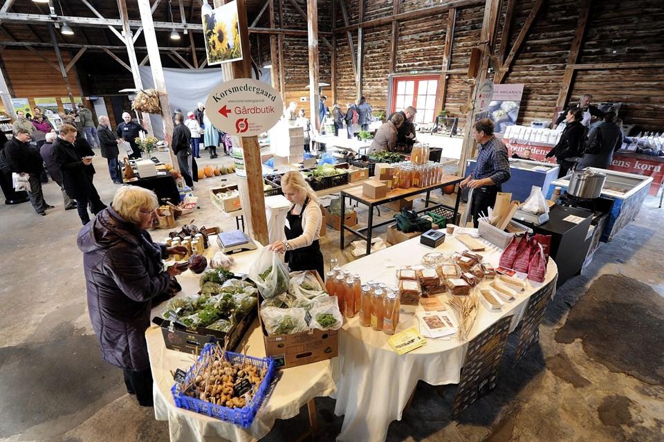 Økologisk marked er efterhånden blevet en fast efterårstradition i Det Røde Pakhus på Hobro Havn.     Arkivfoto: Michael Koch