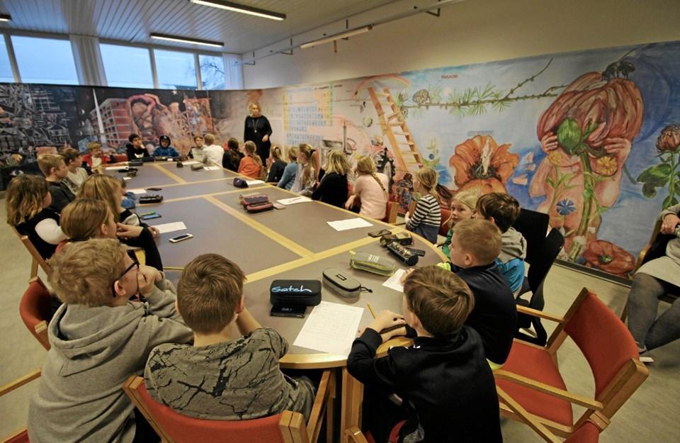 Omgivet af en mindre udgave af Erik Hagens store vægmaleri er skolekirkemedarbejder Pia Uth her i gang med at undervise på Dronninglund Skole.Foto: Jørgen Ingvardsen