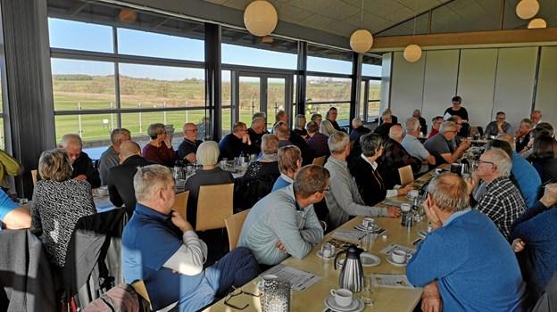 Rigtig mange medlemmer var mødt frem til den årlige generalforsamling i golfklubben, og det foregik i klubbens restaurant med udsigt til baneanlægget. Privatfoto