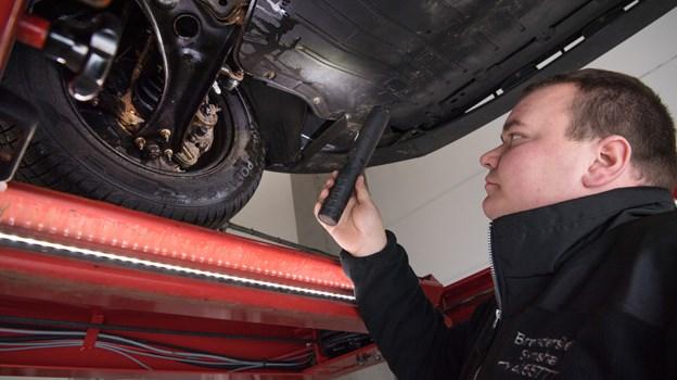 Nikolaj Fuglsang Jakobsen er uddannet automekaniker, men mener det er sjovere at arbejde i en synshal, da der er flere regler at holde styr på og flere forskellige slags biler.Foto: Hans Ravn