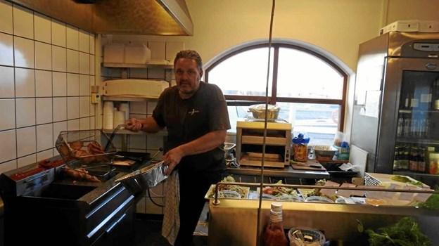 Kokken Henrik holder Fiskehusets køkken i gang. Foto: Jens Brændgaard