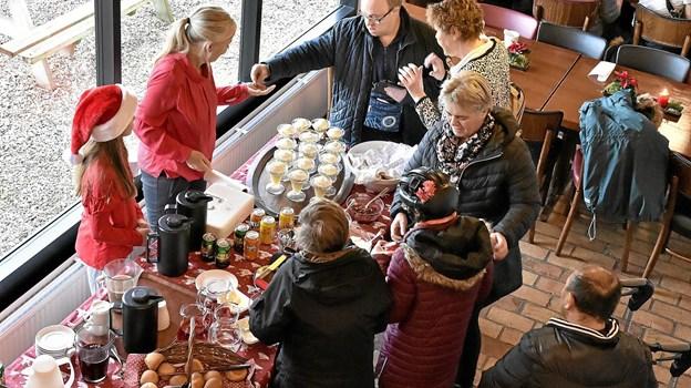 Der var god stemning i cafeen, hvor der også var underholdning af Tingstrup Skoles pigekor. Foto: Ole Iversen Ole Iversen