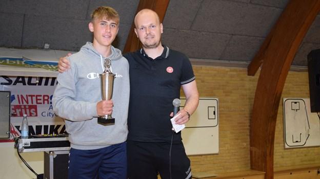 14-årige Malthe Gyldenløve-Lyebalk (tv) sammen med Jonas Westmark, der er cheftræner for AaB's U14-fodboldhold. Prisen til Malthe som Årets Spiller blev forinden overrakt af talentchef Anders Damgaard. Privatfoto