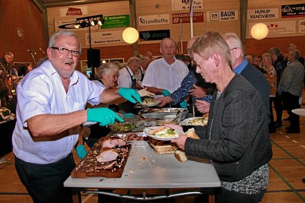 Det var travlhed ved buffeten. Her er det fra venstre, Helge Christensen der er i gang. Foto: Hans B. Henriksen Hans B. Henriksen