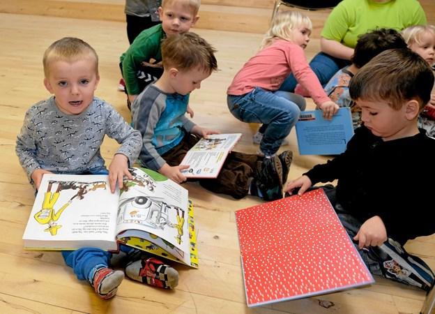 Efter historielæsning får børnene lov til selv at læse lidt i de mange bøger, hvori der indgår fortællinger om pandekager. Foto: Niels Helver Niels Helver
