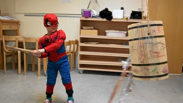 Spiderman i fuld aktion ved fastelavnstønden i Dronninglund Børnehave. Foto: Jørgen Ingvardsen Jørgen Ingvardsen