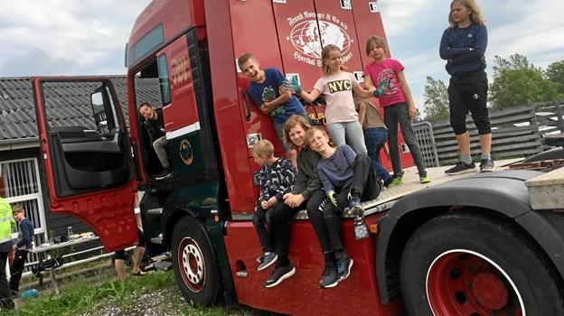 Hos vognmand Frank Nørager i Fjerritslev var der selvfølgelig lejlighed til at blive fotograferet på firmaets flotte lastvognstrækkere efter endt arbejde med bilvask. Foto: Ørebroskolen
