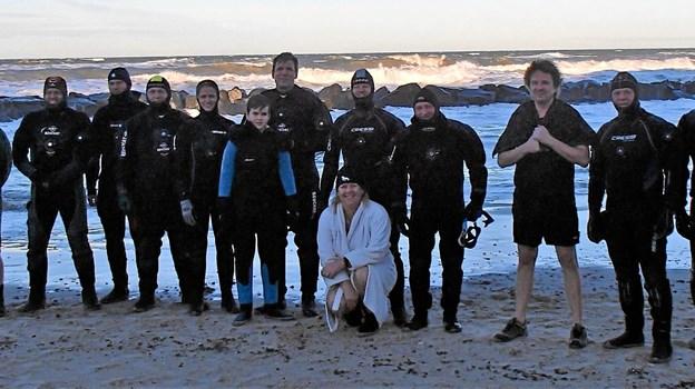 Det modige hold dykkere før de kastede sig ud i det kolde vand. Foto: Ulla Sølvsten