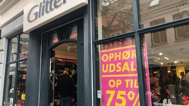 Glitter i Algade lukker snart ned, men der er stadig lidt gang i butikken, som holder ophørsudsalg. Foto: Henrik Poulsen
