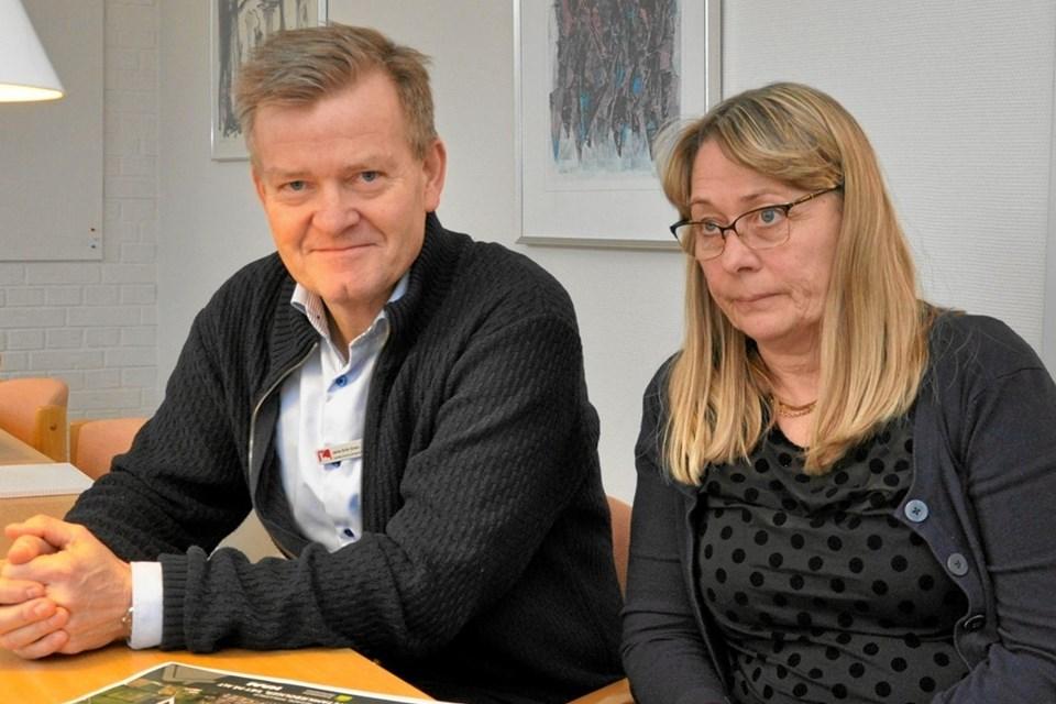 Direktør Jens Erik Grøn og forretningsfører Helle Winther er enige om, at fusionen mellem de to boligselskaber er en fordel for beboerne i Østvendsyssel. Foto: Ole Torp