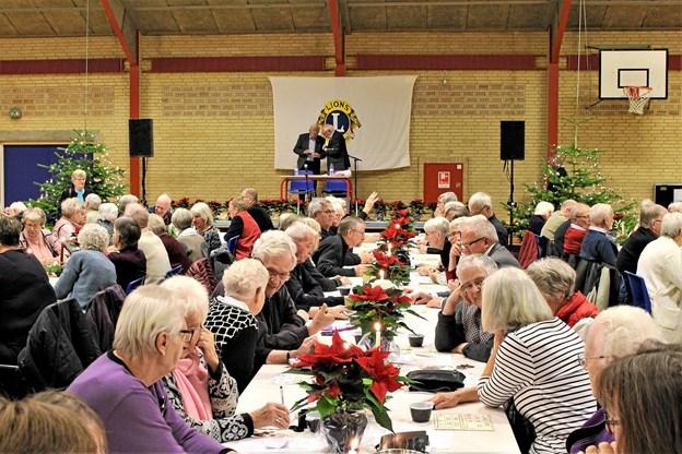 Bankospillet sættes i gang og spændingen stiger: - blandt præmierne er de mange blomster og dekorationer på bordene. Foto: Erik Krogstrup