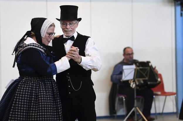 Mariane og Leif Vesterdorf Søgaard, der danser i Gandrup, løb med sejren blandt de fem voksne par, der deltog.  I baggrunden spillemanden Bjarne Jensen. Foto: Mette Nielsen
