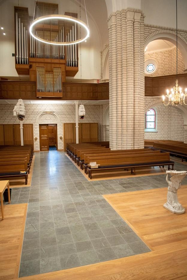 Korset i den store korskirke står langt mere stramt i det nyrenoverede kirkerum. Bemærk også den smukke lyssætning.