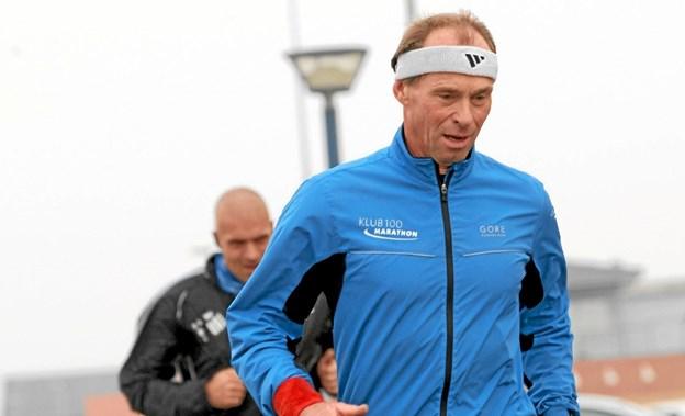 Bjarne Jensen fra Hals har gennemført maratonløb på alle syv kontinenter. Den 27. februar fortæller han om de mange oplevelser ved et arrangement på Hals Bibliotek. Foto: Allan Mortensen