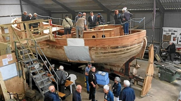 Flere hundrede besøgte Gøl Båden på Ølanddæmningens fødselsdag. Farveprøver på skibssiden viser den grå og den hvide, det er målet at skibet skal males med. Privatfoto