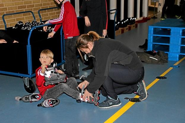 Det er trygt at mor sikrer at skøjterne er forsvarlig sat på fødderne. Foto: Hans B. Henriksen Hans B. Henriksen