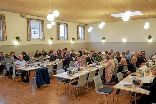 På generalforsamlingen i foråret 2017 gav 47 medlemmer håndslag på medvirke til øget omsætning i Dagli'Brugsen.  Arkivfoto: Niels Helver