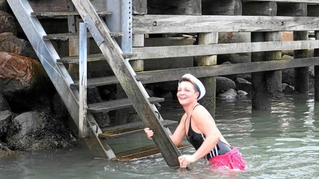 """Stadig med humøret i behold kommer """"Jobberen"""" op af vandet efter 7 meters svømning i det 2 grader varme vand som Sæby Havn kunne byde på. Tommy Thomsen"""