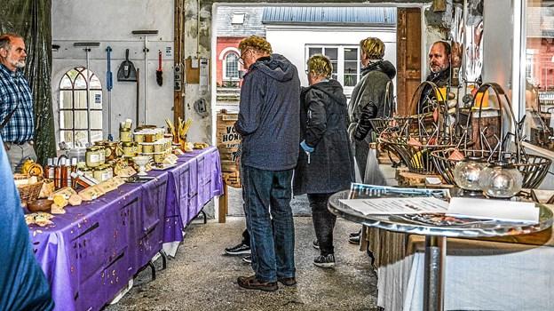 En velbesøgt eftermiddag med masser af smagsprøver på både ost, brød og vin. Og så var der naturligvis kaffe på kanden. Foto: Mogens Lynge