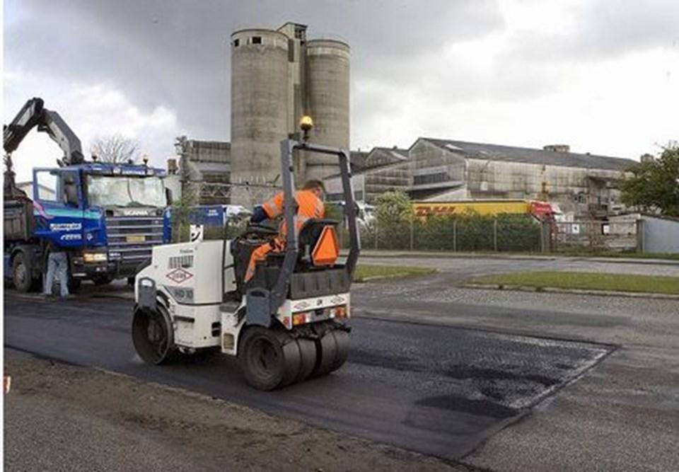 Mandag gik arbejdet i gang med at lægge asfalt hen over godsbanesporet. Foto: Grete Dahl