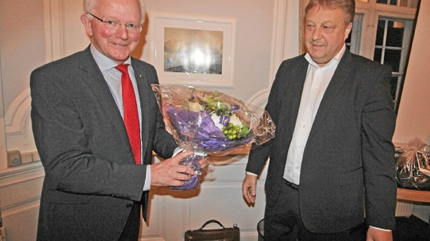 Den mangeårige formand, Højer Yde Skaksen, fik blomster, gaver og rosende ord fra sparekassedirektør Villy Sørensen. Foto: Jørgen Ingvardsen