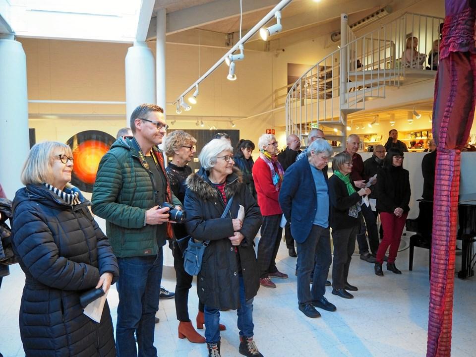 Pænt med besøgende var mødt op til ferniseringen 5. januar. Udstillingen kan ses frem til 23. februar. Foto: Frederikshavn Kunstmuseum