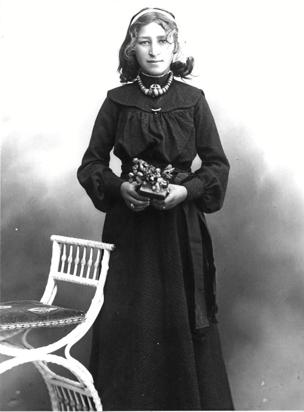På dette billede af Ane Kathrine Hertsberg er hun formodentligt 12 år. Hertsbergerne slog sig ned dels i området ved Dorfgaden og dels i Sømosen eller tæt på denne fra midt 1860'erne til midt 1890'erne.Foto: Dronninglund Lokalhistoriske Arkiv