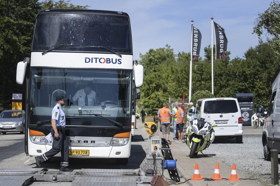 Politiet kontrollerer de busser, som bruges ved Dana Cup. Foto: Bent Bach