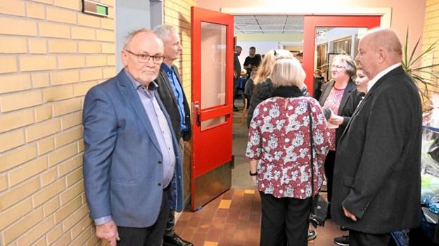 Formand Egon Bech og halinspektør Finn Sørensen tager imod de mange gæster der i anledning af jubilæet var mødet op for at fejre 40 år med hal og dens leder. Foto: Tommy Thomsen