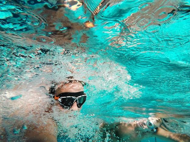 Svømmerne Anders Vestergaard og Per Kristensen træner og skraber sponsorpenge sammen forud for deres svømmetur over Skagerrak. Hans Ravn