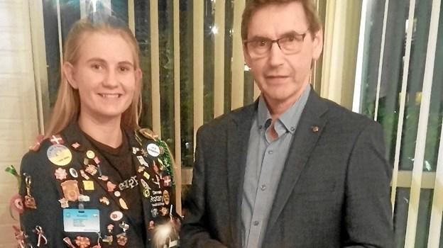 Amalie i sit udvekslingsdress med souvenirs fra USA sammen med Villy Mortensen, som er ansvarlig for ungdomsudveksling. Privatfoto