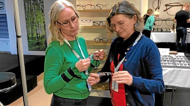 På messen studerede Rikke Mersholm og Birthe Mørk bl.a. den nyeste brillemode.Foto: Ole Torp