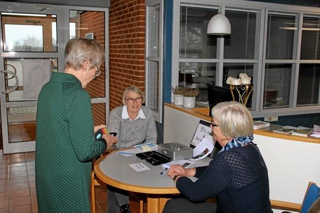 Åse Smed, i midten og Kirsten Ninn, t.h., stod for billetsalget til de 160 fremmødte Foto: Hans B. Henriksen Hans B. Henriksen