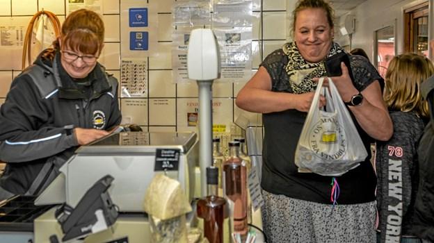 Ostemanden selv, Betina Zimmermann i gang med ostesalget. Foto: Mogens Lynge Mogens Lynge