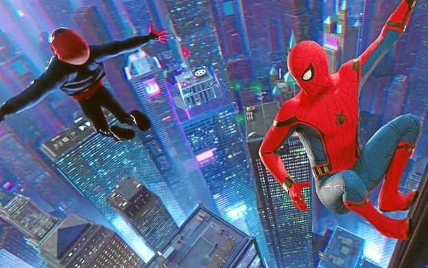 Spiderman højt til vejrs.