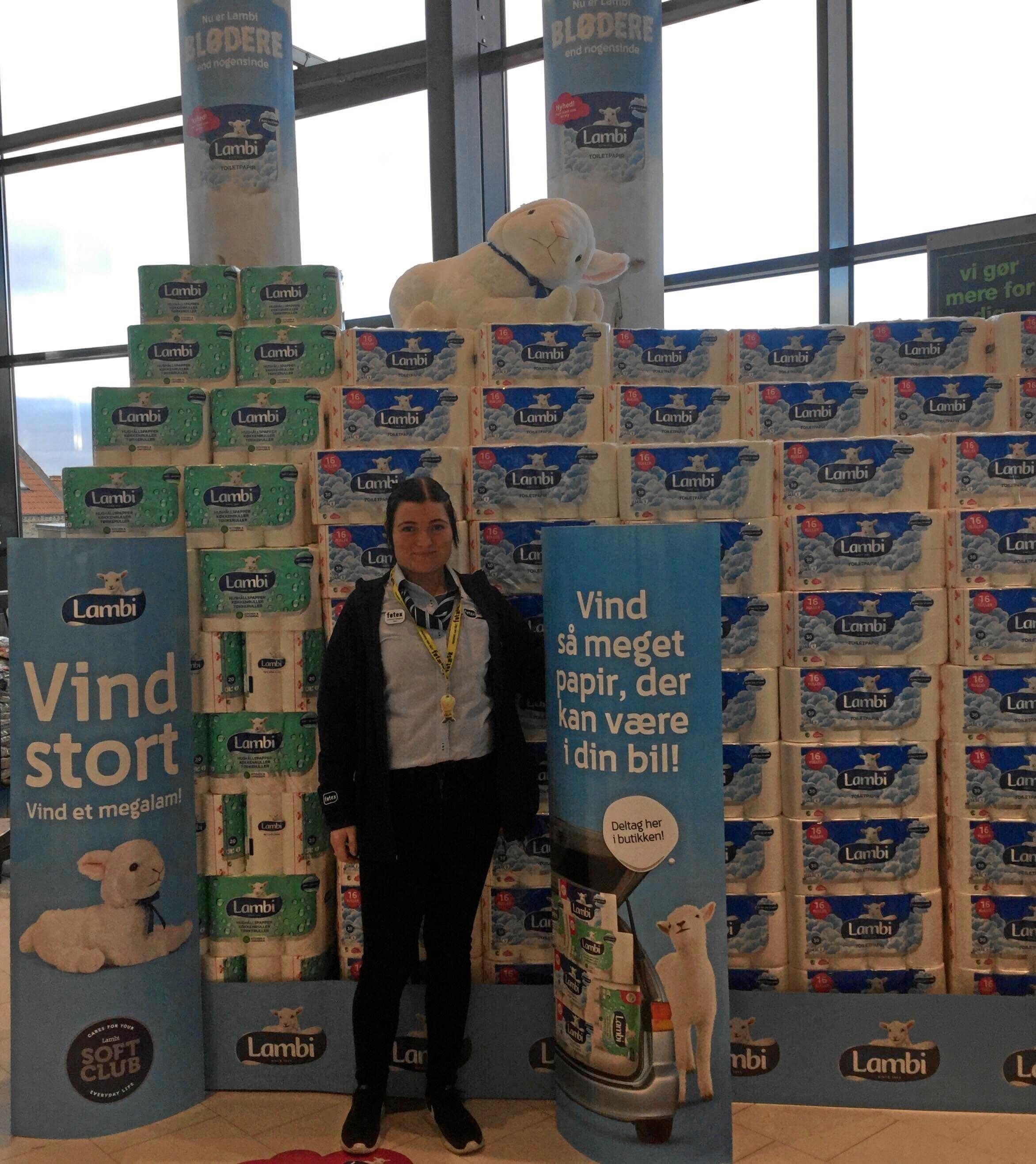 Christina Fjelsgaard ved sin udstilling med Lambi toiletpapir som fagprøverne.Privatfoto