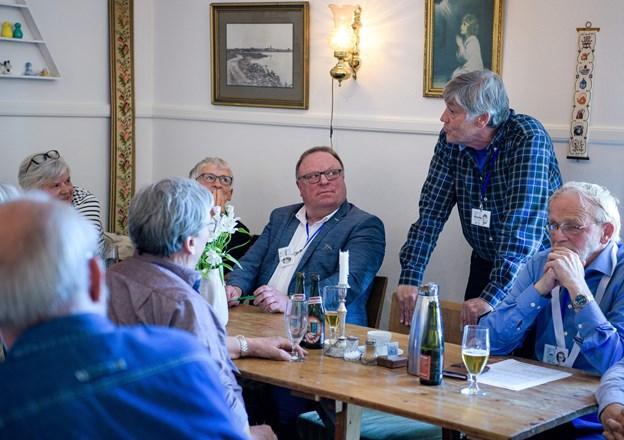 Hver enkelt fortalte om sit livsforløb. Her lytter Torben Jensen opmærksomt ved bordet. Foto: Bo Lehm