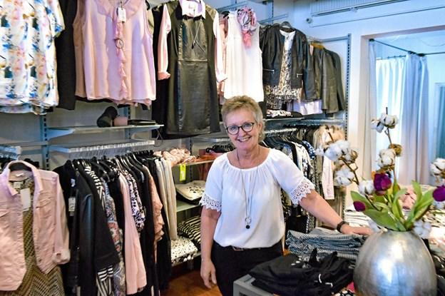 Malene Dige smiler, men er alligevel lidt ked af det på Hurups vegne, at hun vælger at lukke butikken i Bredgade.Foto: Ole Iversen
